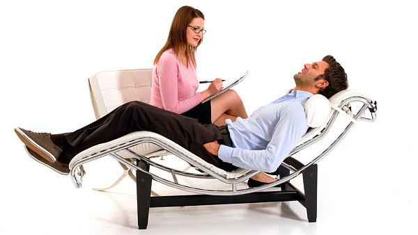 psy allongé chaise