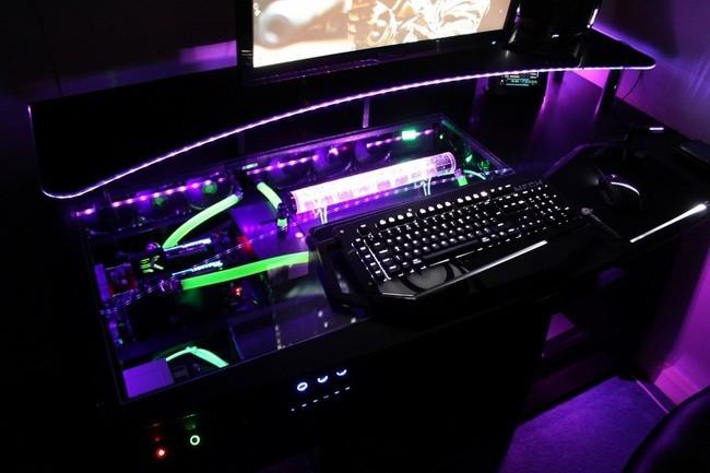 Pc dans le bureau: ordinateur personnel avec maquette écran vert se